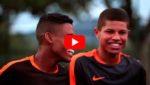 Роналдиньо повторил знаменитый трюк с ударом в перекладину