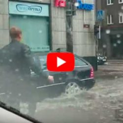 Обалденное видео: Парень выскочил из машины в ливень! Только посмотрите, зачем он это сделал?!