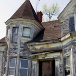 Им было поручено снести этот дом, но увидев подвал, они решили взглянуть...