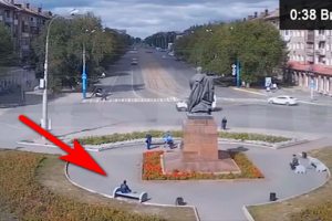 Этот парень просто сидит на скамейке, но на 0:10 секунде происходит это…