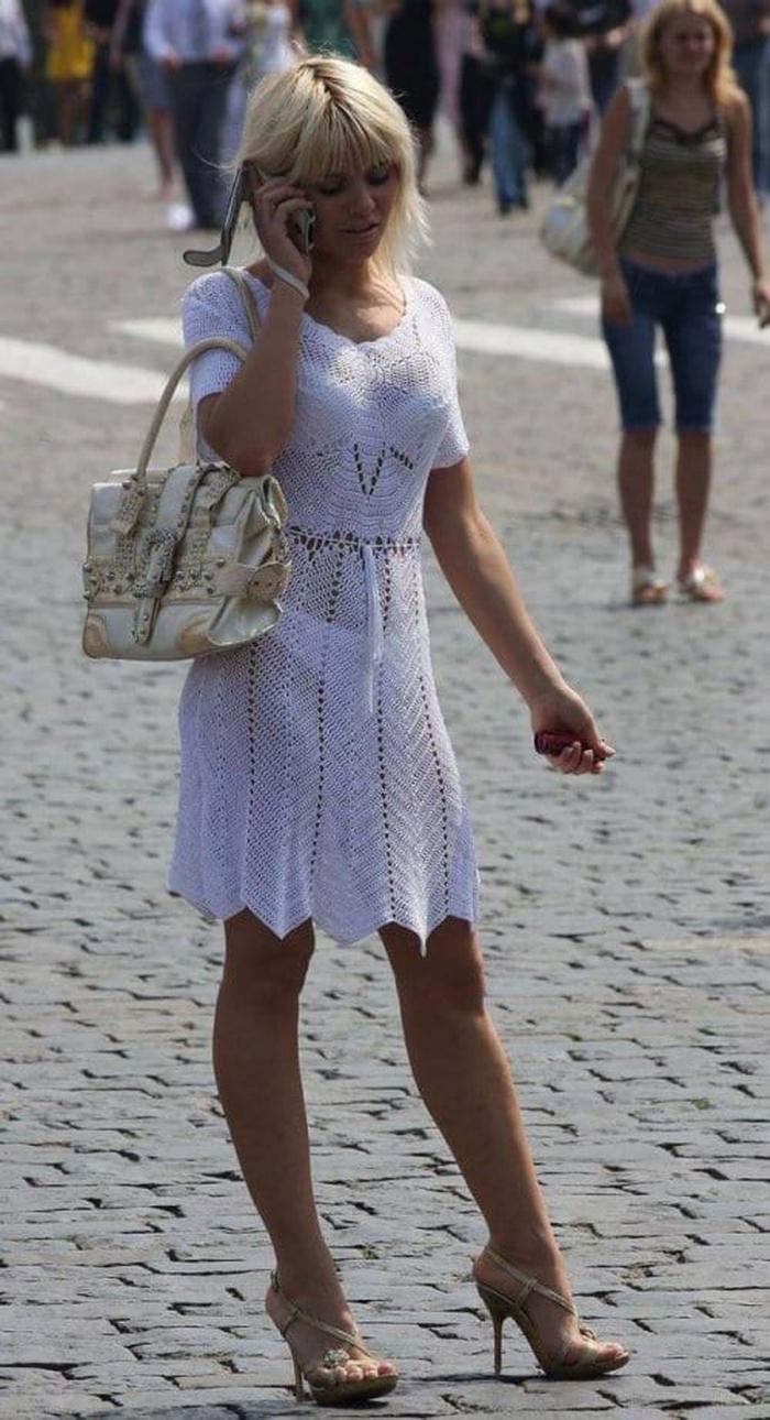 Девушки в прозрачной одежде по улице